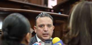 carlos quintana se opone a Alfonso Martínez