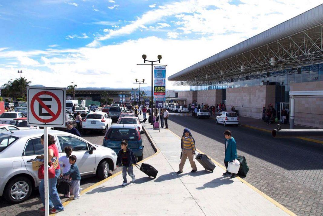 Dos detenidos por viajar con 5 niños