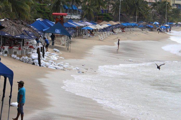 Mantienen cerrado el puerto de Acapulco por onda tropical