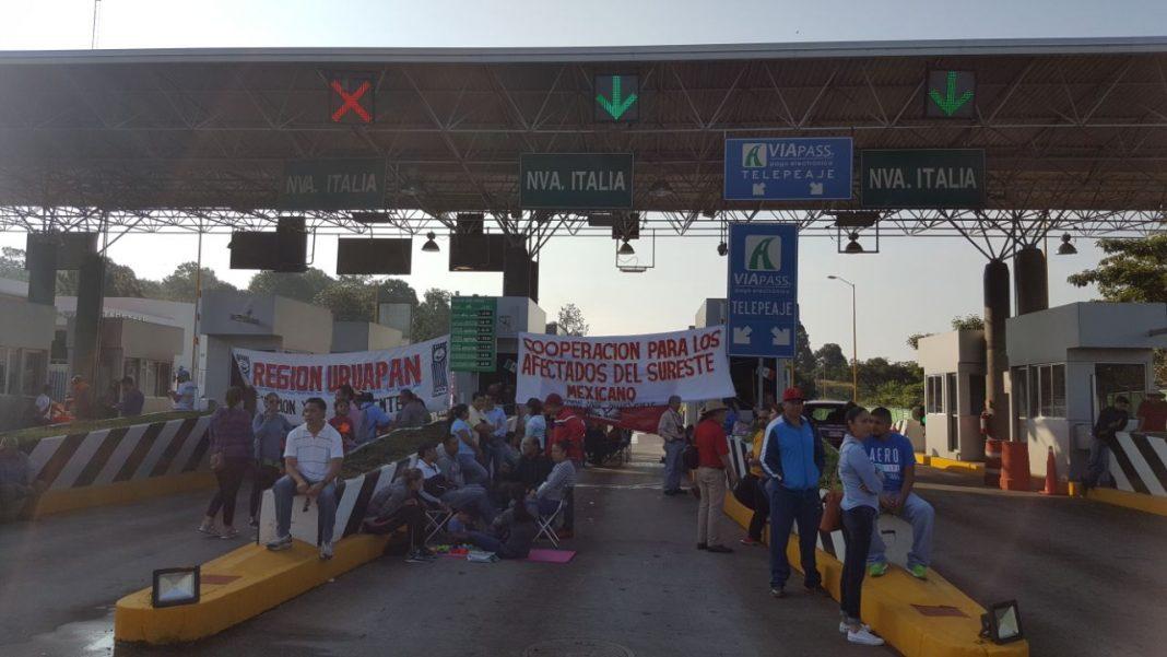 CNTE se manifiesta en casetas de peaje y autopistas en Michoacán