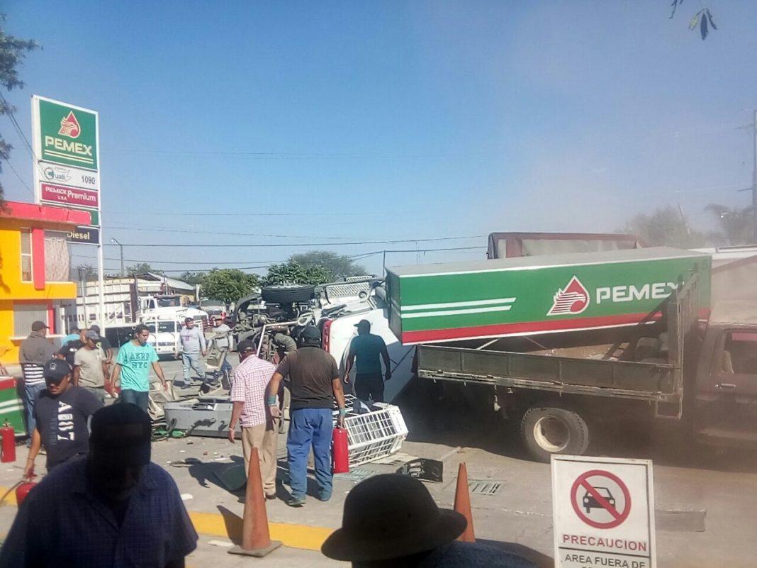 Tráiler choca contra gasolinera en Michoacán; hay cuatro muertos