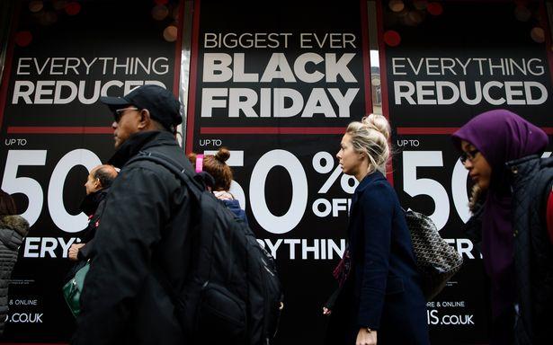 Abarrotan estadounidenses las tiendas en el Black Friday
