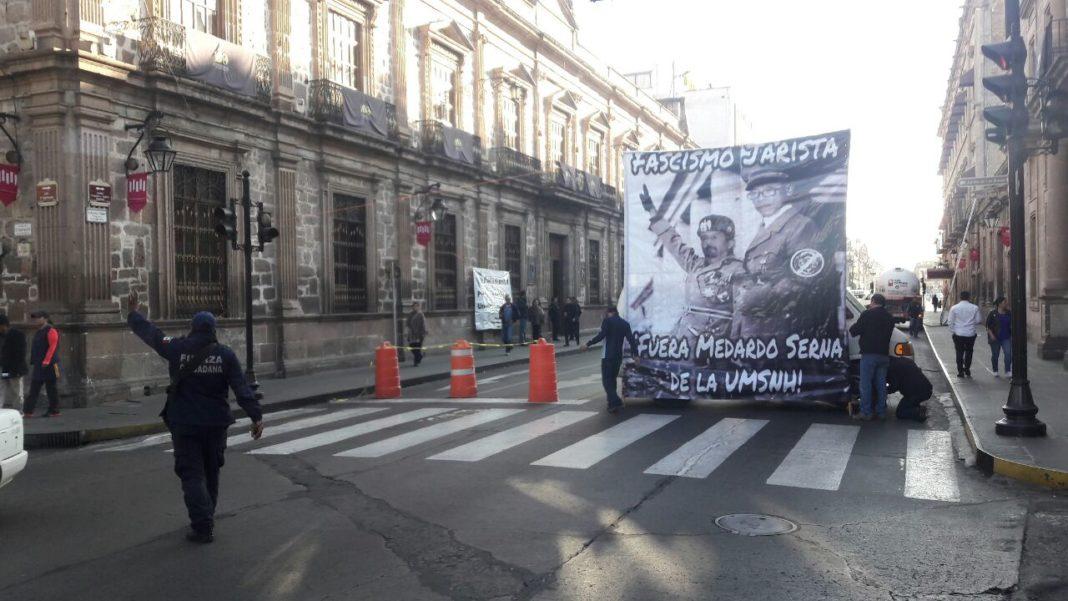 Estudiantes de la UMSNH se manifiestan frente a Congreso del Estado