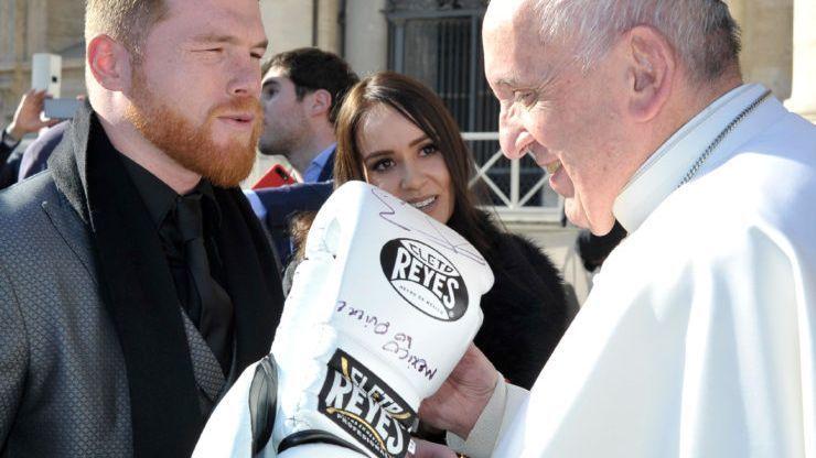 'Canelo' le regala al papa Francisco sus guantes
