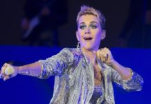Katy Perry besa a concursante y éste se incomoda