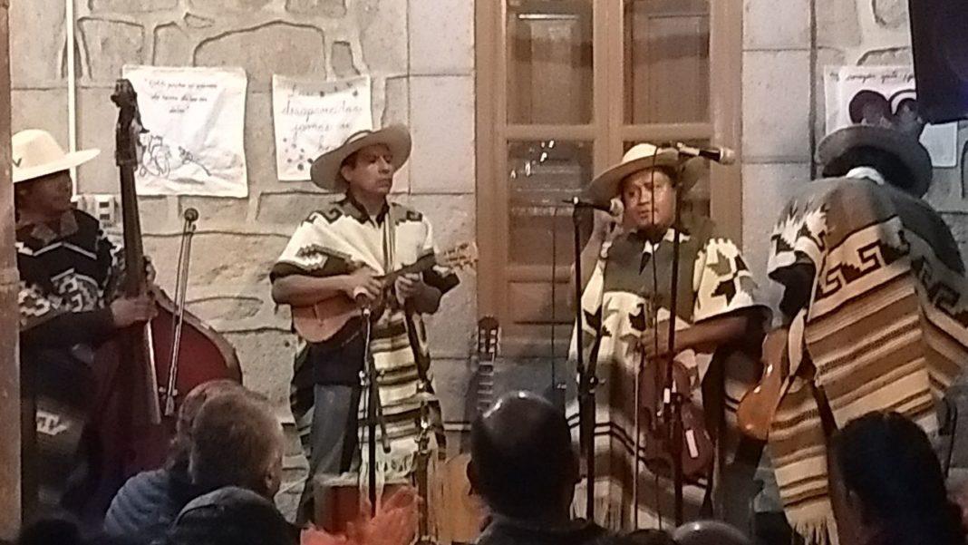 León Chávez le canta a los conflictos sociales