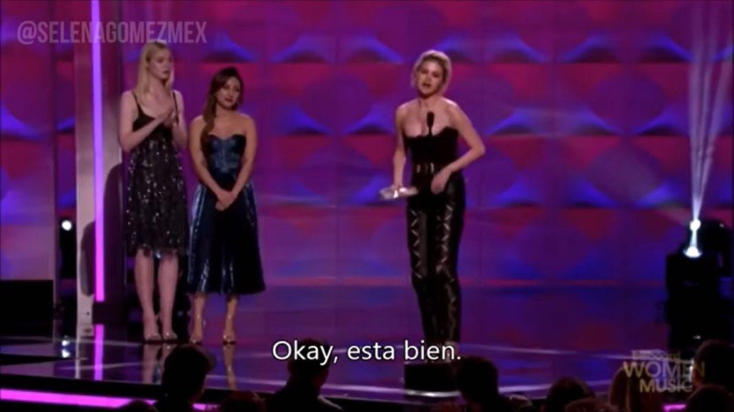 Selena Gomez recibe el premio de Mujer del año
