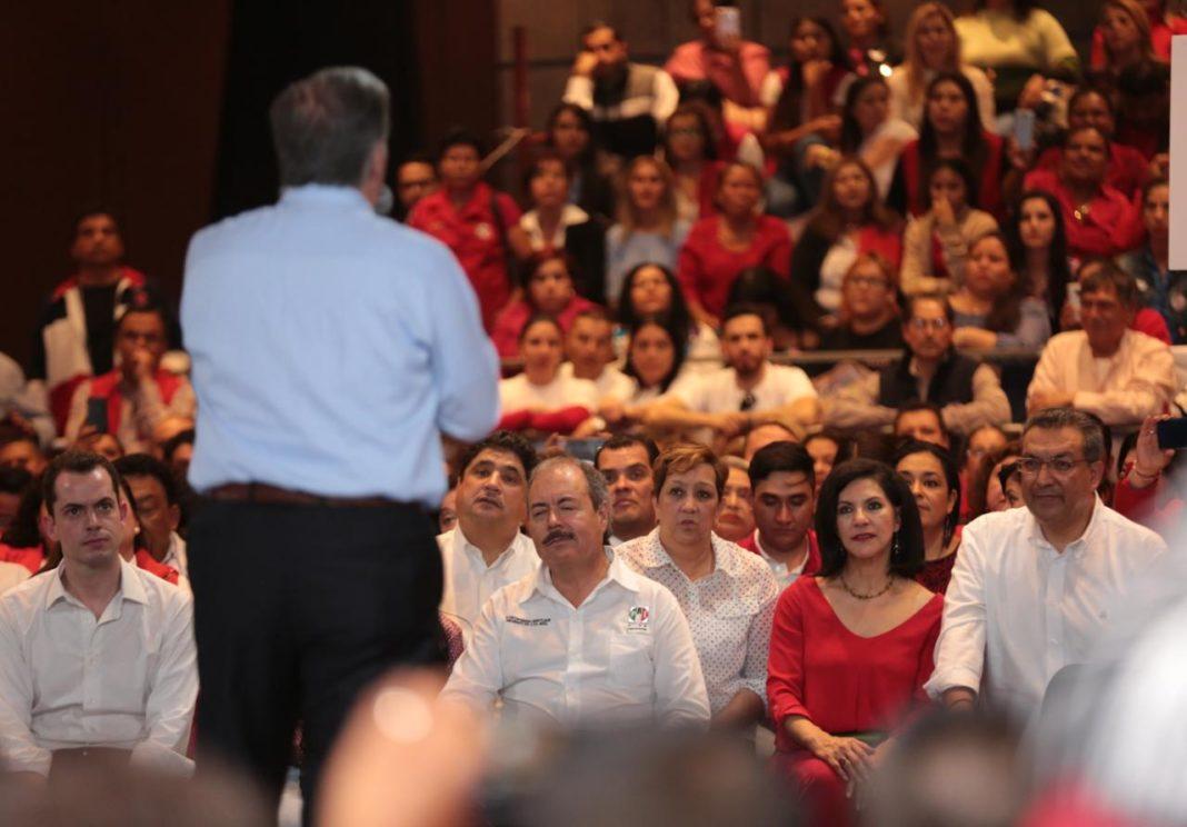 Adolescente le niega el saludo a Meade en su visita a Cancún