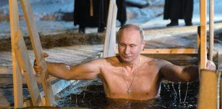 Putin exhibe fervor religioso bajo agua helada