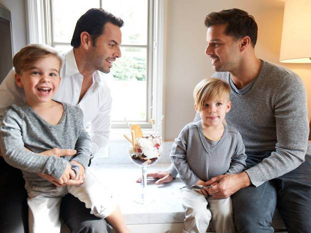 Famoso explica a sus hijos por qué tienen dos padres