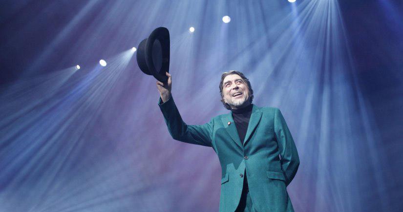 Joaquín Sabina cae del escenario y es hospitalizado