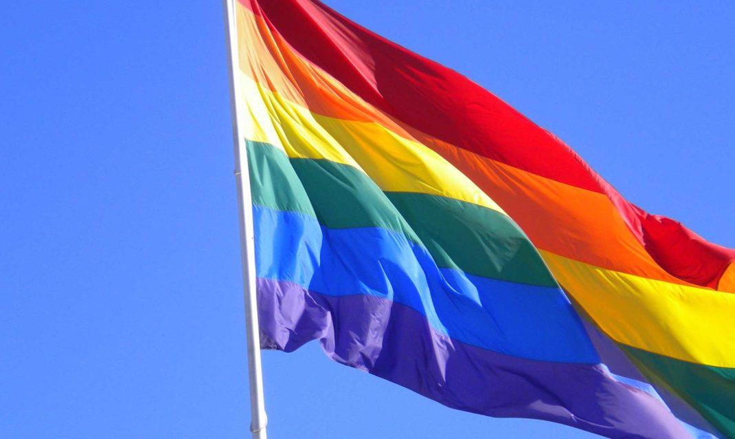 Otorgan mástil para izar bandera LGBT en Argentina