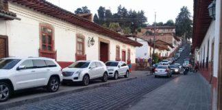 Denuncian en Pátzcuaro uso de banquetas como estacionamientos