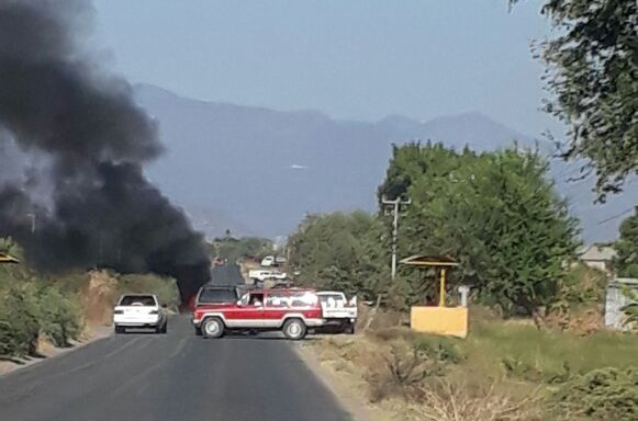 Hombres armados bloquean y queman autos en Michoacán
