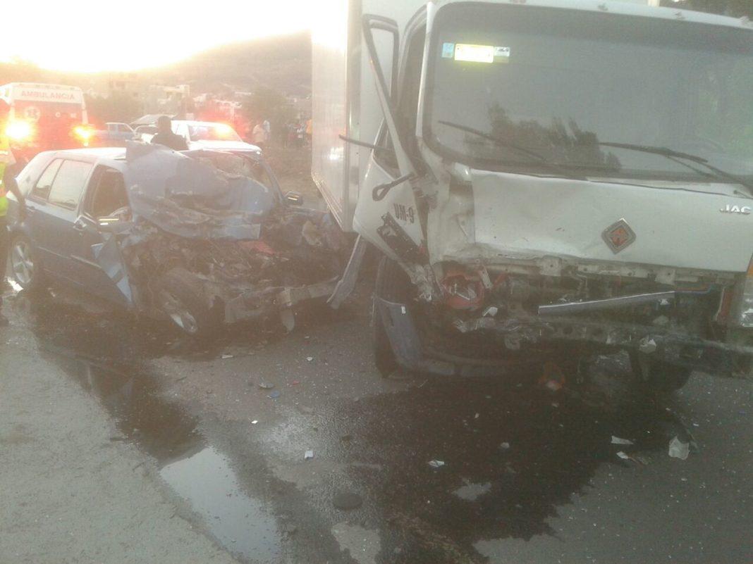 Accidente vehicular en salida a Mil Cumbres deja dos muertos