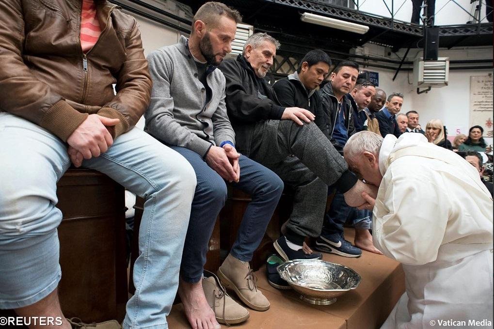 Lava el Papa Francisco pies de presos no católicos