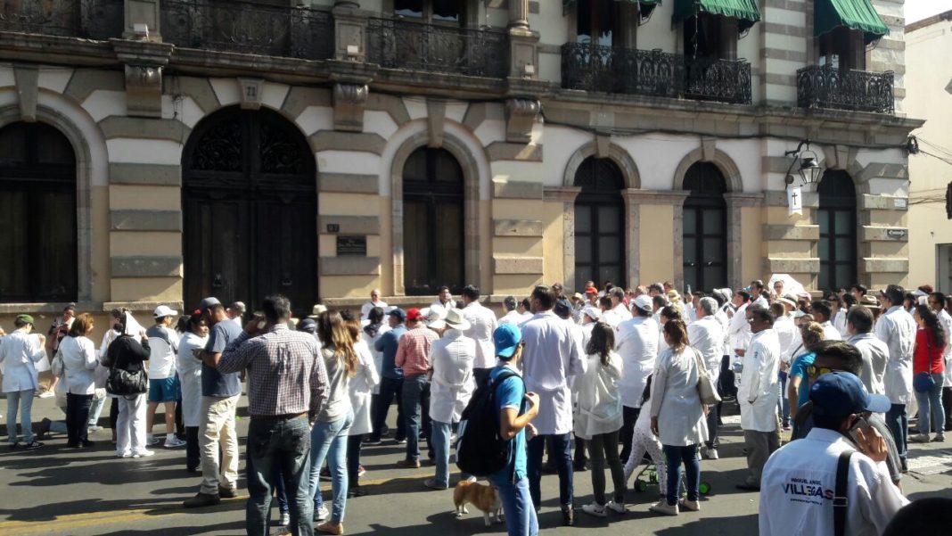 En Oaxaca marchan por la liberación de un doctor