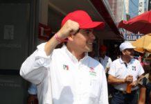 Toño Ixtláhuac se encuentra con cortadores de aguacate en Uruapan