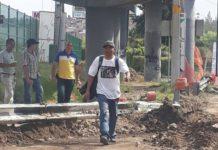Funcionario municipal revisa obras bebiendo alcohol en vía pública