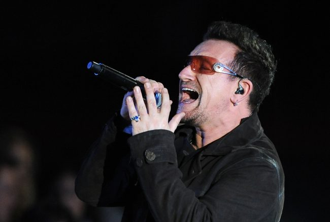 Bono de U2 sufre fuerte caída
