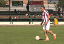 Juega candidato a la alcaldía de Morelia cascarita de futbol con ex jugadores de Monarcas
