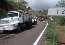 Denuncian a perredistas por impedir paso a transportistas con material de carga