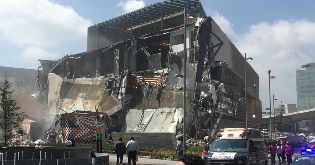 Colapsa parte de plaza comercial en la CDMX