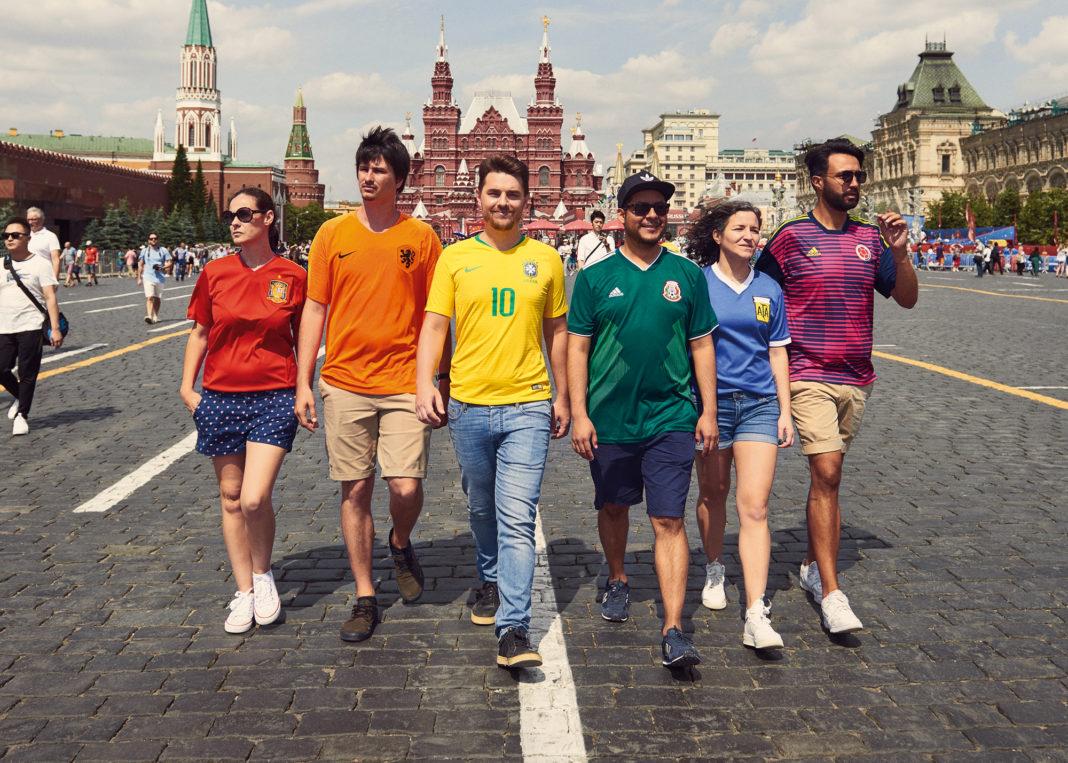 """Activistas exhiben la """"bandera"""" LGBT por calles de Moscú"""
