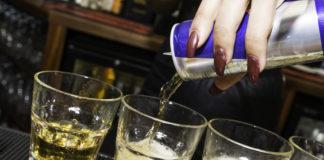 Mezclar bebidas energéticas con alcohol, ¿es peligroso?