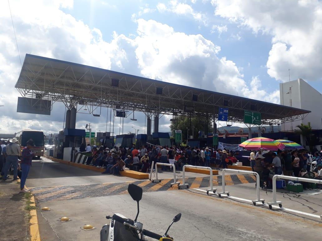 Asegura CNTE que gobierno adeuda a 32 mil trabajadores y toma casetas
