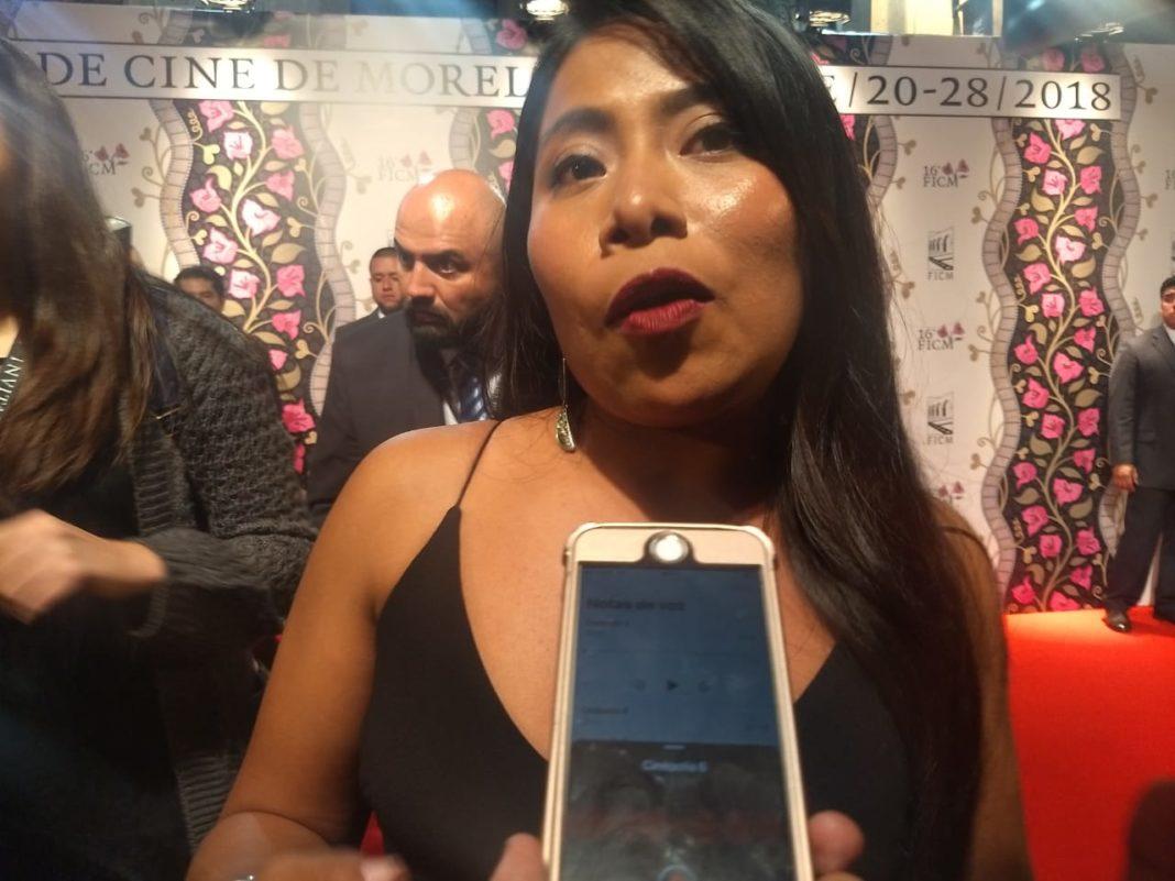 Yalitza Aparicio muestra telar que le hizo su abuela en Londres