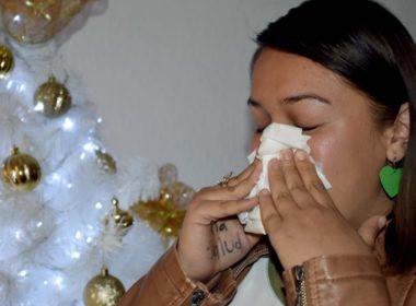 LA SECRETARÍA DE SALUD EXHORTA A LA POBLACIÓN A REFORZAR MEDIDAS PREVENTIVAS CONTRA INFLUENZA La vacunación es la mejor forma de evitar el virus Medidas higiénicas como lavado de manos y estornudo de etiqueta, fundamentales para no contagiarse Ante las bajas temperaturas que se registran en todo el país, la Secretaría de Salud exhorta a la población a reforzar las medidas preventivas para evitar contraer infecciones respiratorias, principalmente influenza, ya que este virus se transmite con facilidad de una persona a otra a través del contacto de gotitas de saliva expulsadas a través del estornudo o al toser. La forma más eficaz de prevenir esta enfermedad y sus consecuencias graves es la vacunación. Actualmente se encuentra en marcha en todas las unidades médicas del país, la Campaña de Vacunación contra Influenza Estacional 2018-2019. Los principales grupos de población que deben protegerse con este biológico son las niñas y niños de 6 meses a 5 años cumplidos, mujeres embarazadas en cualquier etapa de gestación, adultos de 60 años o más, personas con diabetes mellitus no controlada, obesidad mórbida, enfermedades crónicas (pulmonares, cardiacas, renales), cáncer y VIH, y personal médico. , La vacuna es segura y su aplicación disminuye considerablemente el riesgo de que la enfermedad se agrave en caso de padecerla, la única contraindicación es que no se debe aplicar en personas alérgicas al huevo. Se recomienda el lavado de manos frecuente, evitar el contacto directo con las personas que estén enfermas, así como no tocarse nariz, boca y ojos con las manos sucias. Otros hábitos de higiene que se deben adoptar es limpiar y desinfectar las superficies de contacto más comunes en el hogar, en el trabajo o en la escuela, especialmente cuando alguien está enfermo. Practicar el estornudo de etiqueta que consiste en cubrir con el antebrazo la nariz y boca al estornudar o toser. Los principales síntomas de la influenza estacional son: fiebre con escalofríos, tos, dolor de g