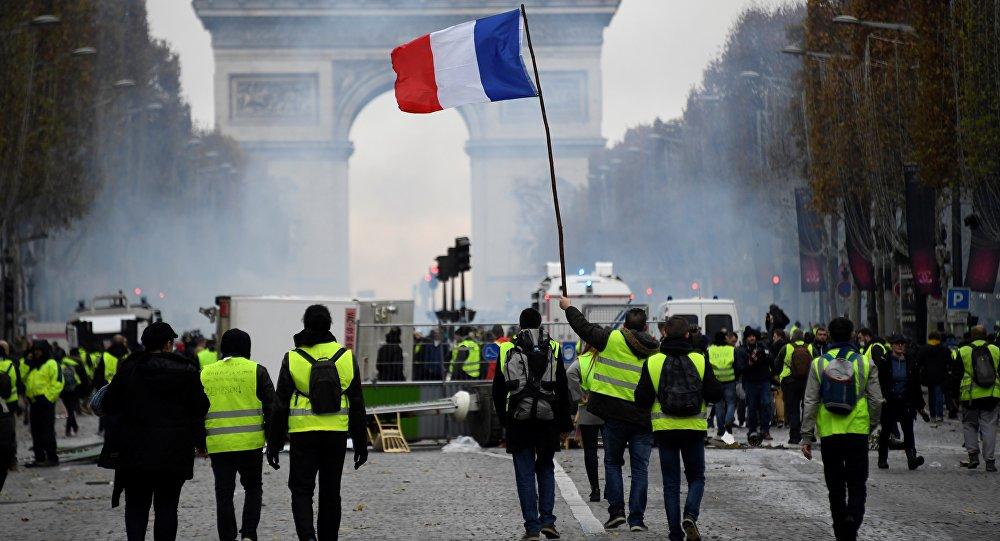Cede gobierno francés, suspende gasolinazo