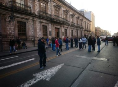 SUEUM bloquea Madero; exigen pago de salarios