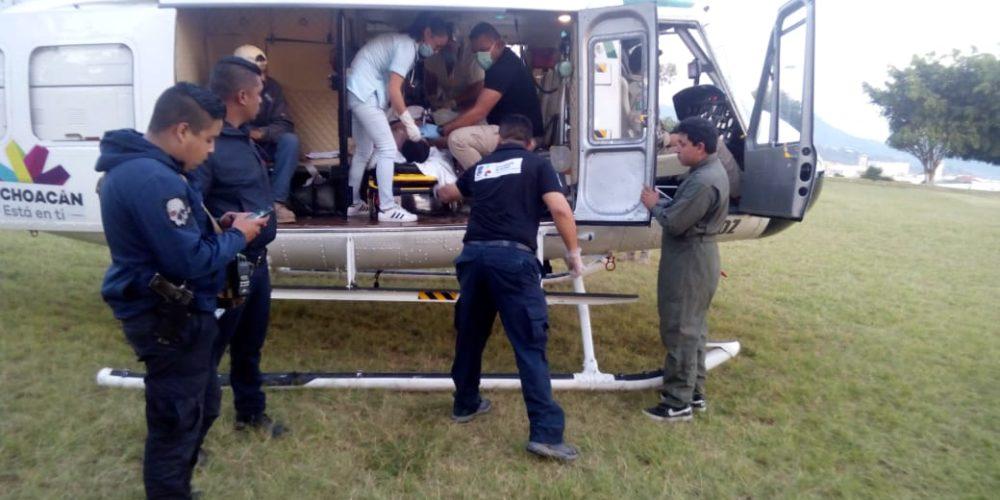 Trasladan a hombre en ambulancia aérea