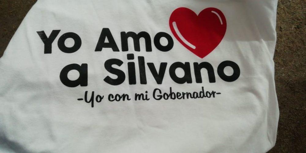Impiden pancartas de protesta en evento, pero permiten playeras de apoyo a Silvano