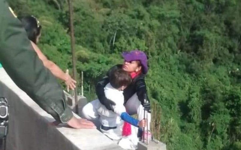 Colombia: Mujer se suicida con su hijo en brazos (video)
