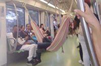 ¡Más comodidad! hombre cuelga hamaca en el metro