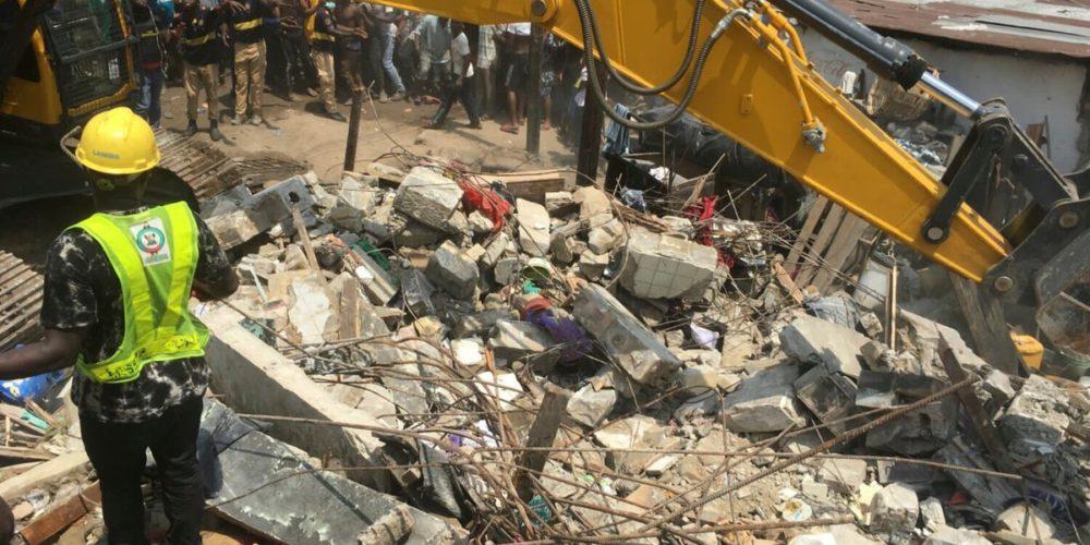 Atrapados 100 niños tras derrumbe de edificio