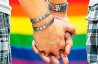 Acusa sacerdote a comunidad LGBT de resurgimiento del SIDA