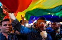 Con besatón se manifiestan contra la homofobia