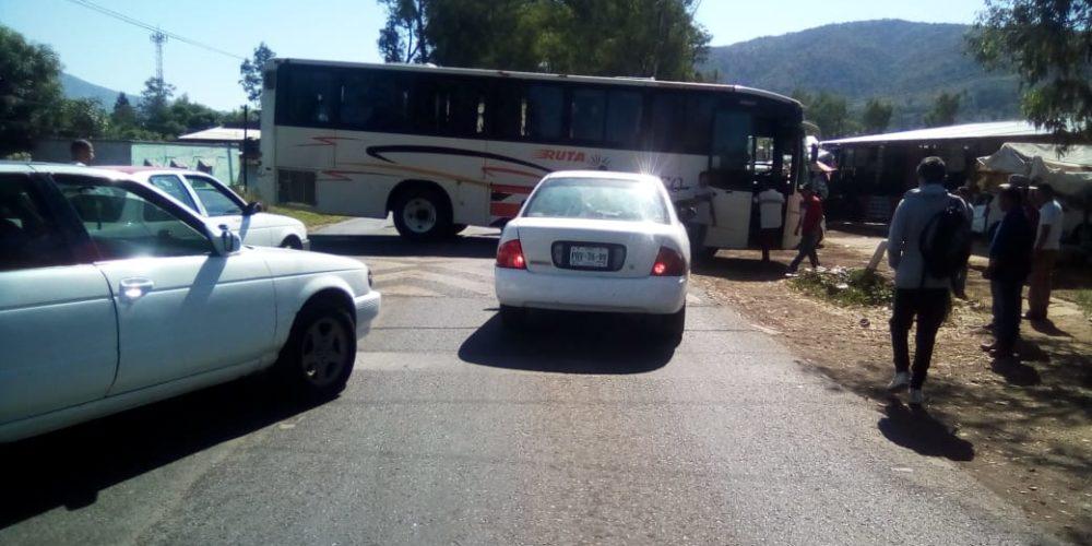 Normalistas bloquean carretera