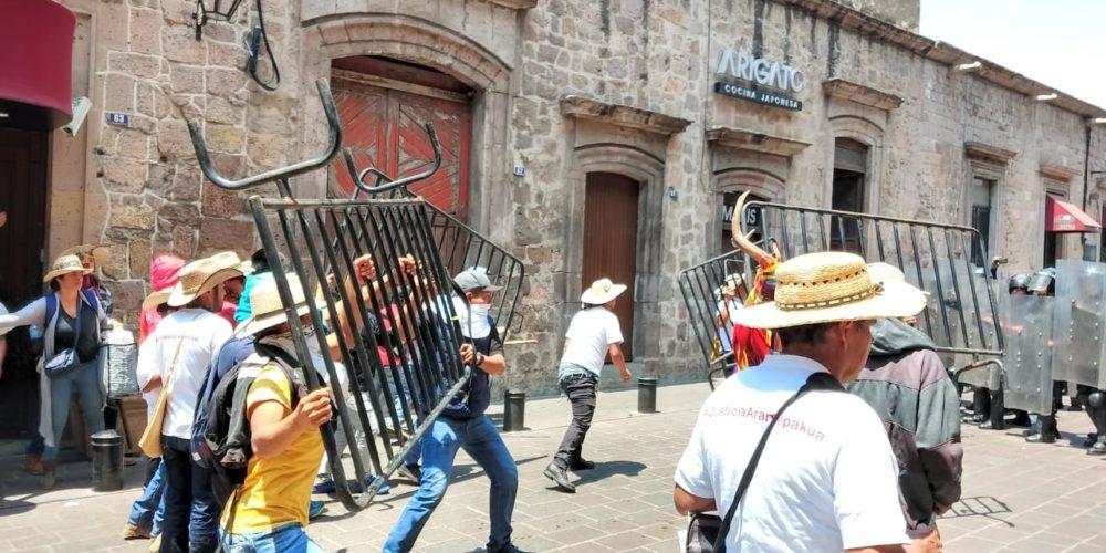Se enfrentan comuneros de y policías en Morelia