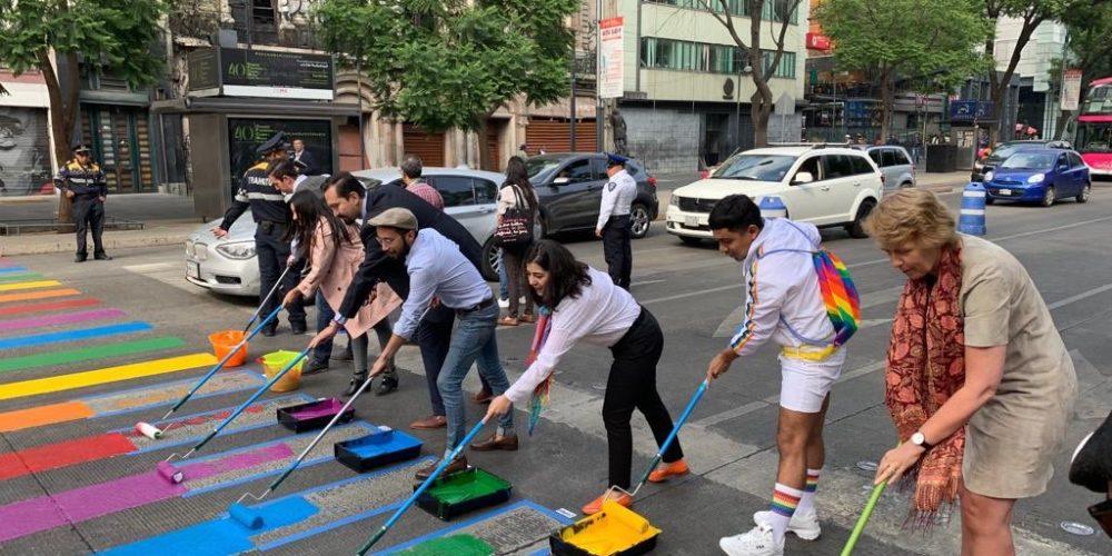 Colocan paso peatonal LGBT en CDMX