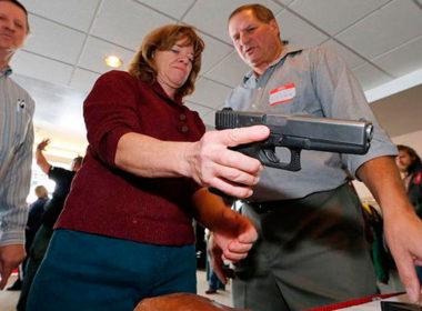 Aprueban que profesores en EU porten armas