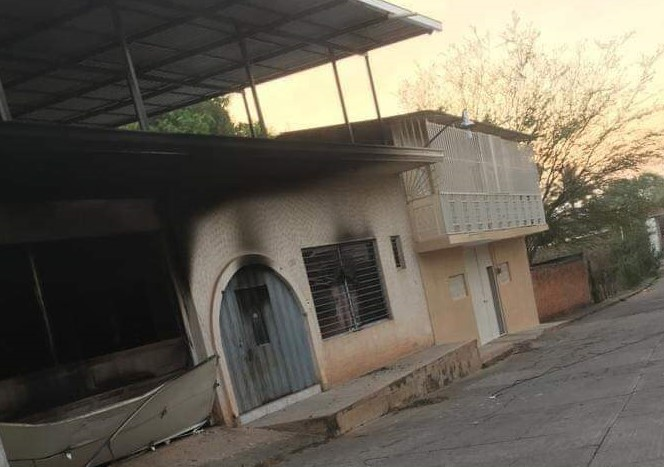 Incendian casas y ejecutan a seis en Aguililla, Michoacán