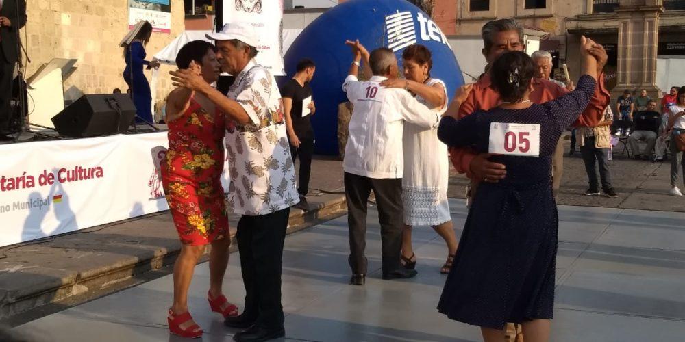Adultos mayores festejan el día de las madres en el primer concurso de danzón