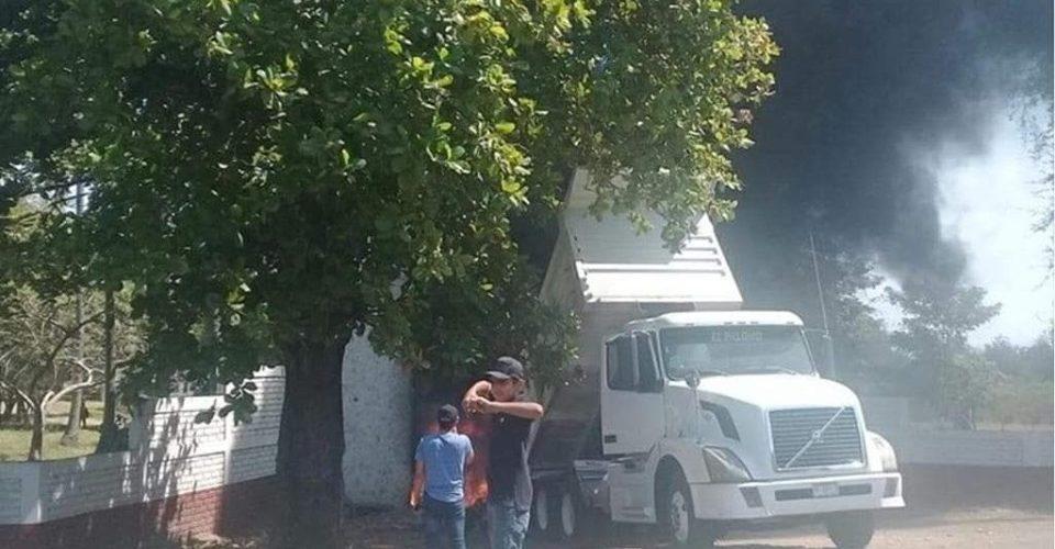 Con incineración de camión, bloquean carretera Apatzingán-Aguililla