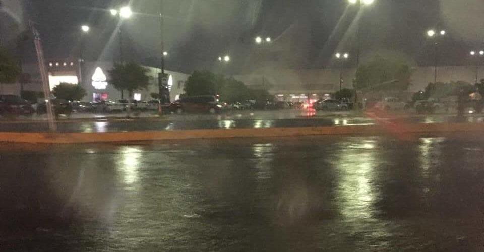 Caída de espectacular y avenidas cerradas por tormenta eléctrica en Morelia