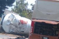 Autobús de 'El Buky' choca contra pipa; fallece conductor